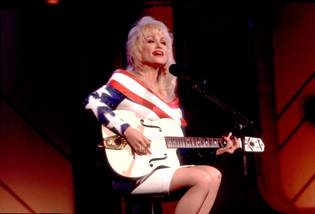 Dolly-Parton-performance-950460292